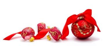 Bolas vermelhas do Natal com a fita isolada em um branco Fotografia de Stock