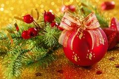 Bolas vermelhas do Natal em um fundo do ouro com bokeh foto de stock