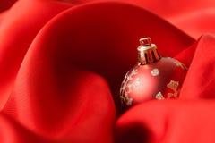 Bolas vermelhas do Natal, envolvidas no pano Imagem de Stock Royalty Free
