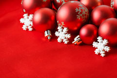 Bolas vermelhas do Natal, envolvidas no pano Fotografia de Stock