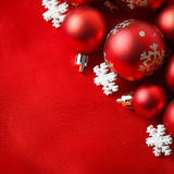 Bolas vermelhas do Natal, envolvidas no pano Imagens de Stock