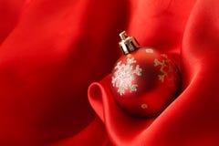 Bolas vermelhas do Natal, envolvidas no pano Fotos de Stock Royalty Free