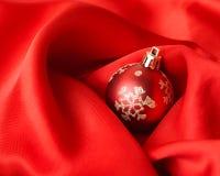 Bolas vermelhas do Natal, envolvidas no pano Foto de Stock Royalty Free