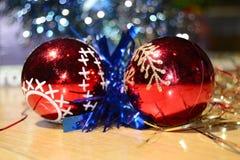 Bolas vermelhas do Natal, festão azul fotos de stock