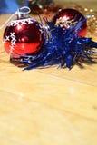 Bolas vermelhas do Natal, festão azul imagem de stock royalty free