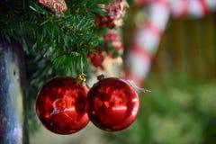 Bolas vermelhas do Natal na árvore de Natal artificial Fotografia de Stock Royalty Free