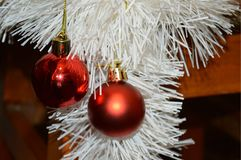 Bolas vermelhas do Natal no assoalho com ouropel branco Imagem de Stock