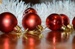 Bolas vermelhas do Natal no assoalho com ouropel branco Fotos de Stock Royalty Free