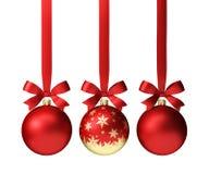 Bolas vermelhas do Natal que penduram na fita com as curvas, isoladas no branco Fotografia de Stock Royalty Free