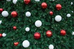 Bolas vermelhas e brancas na árvore de Natal Fotografia de Stock