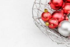 Bolas vermelhas e de prata simples do Natal no fundo da neve fotografia de stock
