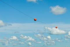 Bolas vermelhas em um céu azul Fotografia de Stock Royalty Free