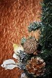 Bolas y árbol de navidad de la Navidad en un fondo del oro Imagen de archivo