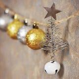 Bolas y árbol de navidad metálicos de la Navidad con una estrella en un dispositivo de protección en caso de volcamiento fotografía de archivo
