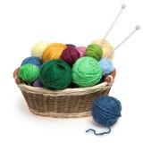 Bolas y agujas del hilo para obras de punto en cesta Fotos de archivo libres de regalías