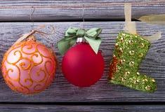 Bolas y bota hermosas de la Navidad en la cuerda Imágenes de archivo libres de regalías
