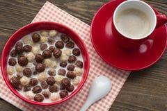 Bolas y café del cereal del chocolate en una opinión superior de la taza Fotografía de archivo libre de regalías