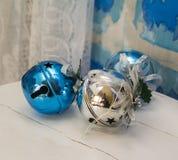 Bolas y campanas de la decoración de la Navidad azules y blancas Imágenes de archivo libres de regalías