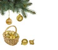 Bolas y cesta de oro de la Navidad con las bolas de la Navidad en el fondo blanco Imagenes de archivo