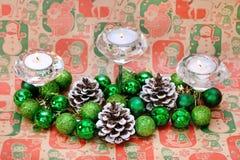 Bolas y conos del verde de Cadnles de la decoración del Año Nuevo de la Navidad Imagenes de archivo