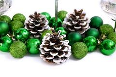 Bolas y conos del verde de la decoración del Año Nuevo de la Navidad Foto de archivo