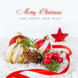Bolas y copo de nieve de la Navidad en el fondo blanco Imagen de archivo libre de regalías