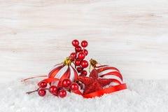 Bolas y copo de nieve de la Navidad en fondo de madera Foto de archivo libre de regalías