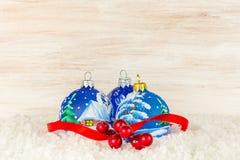 Bolas y copo de nieve de la Navidad en fondo de madera Imagen de archivo