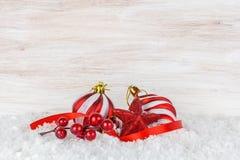 Bolas y copo de nieve de la Navidad en fondo de madera Imagen de archivo libre de regalías