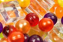 Bolas y cubos de hielo coloreados Imagen de archivo