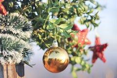 Bolas y decoración brillantes de los corazones por Año Nuevo y la Navidad Imagen de archivo libre de regalías