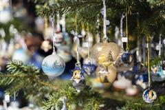 Bolas y decoración de la Navidad en el árbol de navidad, al aire libre imagen de archivo