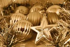 Bolas y estrellas de la Navidad del oro Foto de archivo