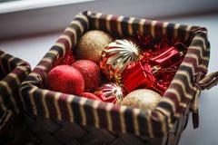 Bolas y juguetes azules y rojos de la Navidad en la caja Decoración del Año Nuevo Imágenes de archivo libres de regalías