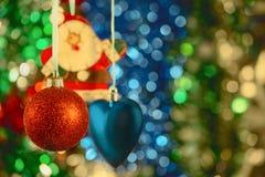 Bolas y juguetes hermosos de la Navidad en fondo borroso colorido Fotografía de archivo libre de regalías