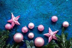 Bolas y maqueta de las estrellas para adornar el árbol de navidad en la opinión superior del fondo azul Fotos de archivo