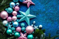 Bolas y maqueta de las estrellas para adornar el árbol de navidad en la opinión superior del fondo azul Imagen de archivo