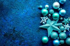 Bolas y maqueta de las estrellas para adornar el árbol de navidad en la opinión superior del fondo azul Foto de archivo