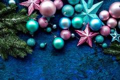 Bolas y maqueta de las estrellas para adornar el árbol de navidad en la opinión superior del fondo azul Imágenes de archivo libres de regalías
