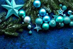 Bolas y maqueta de las estrellas para adornar el árbol de navidad en la opinión superior del fondo azul Imagenes de archivo
