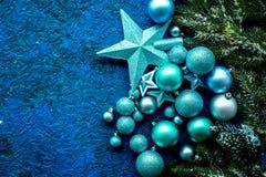 Bolas y maqueta de las estrellas para adornar el árbol de navidad en la opinión superior del fondo azul Imagen de archivo libre de regalías