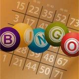Bolas y números del bingo en fondo del brownpaper Imágenes de archivo libres de regalías