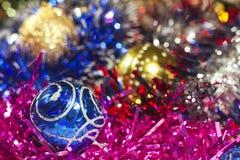 Bolas y oropel azules y de oro de la Navidad foto de archivo