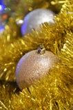 Bolas y oropel de la Navidad Fotos de archivo libres de regalías