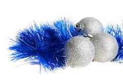 Bolas y oropel spangled plata de la Navidad Fotos de archivo libres de regalías