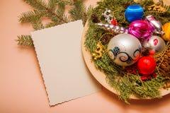 Bolas y pinos de la decoración del Año Nuevo Foto de archivo