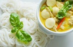 Bolas y pollo verdes de pescados del curry Foto de archivo