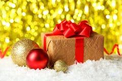 Bolas y regalo de la Navidad en las luces fondo, cierre para arriba Foto de archivo