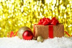Bolas y regalo de la Navidad en luces Foto de archivo libre de regalías