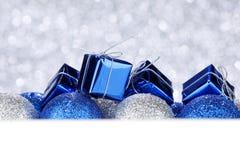 Bolas y regalos de la Navidad Imagen de archivo libre de regalías